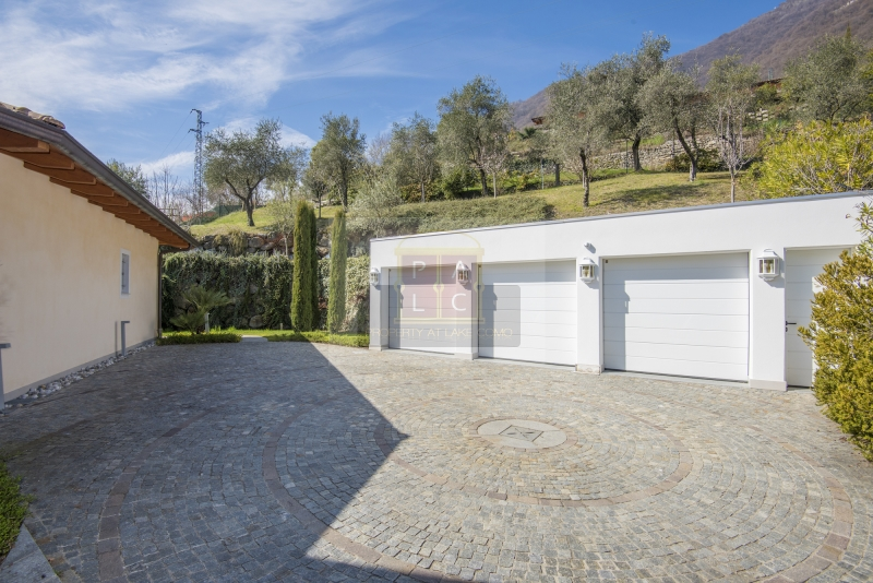villa on lake Como with garages and lake view