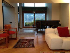 sala del primo piano con terrazzo