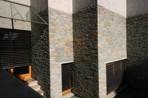 muri in sasso moderni di alto livello a Como in villa privata