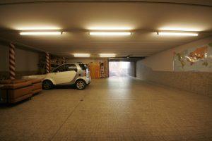 villa di prestigio con ampio garage per auto di lusso