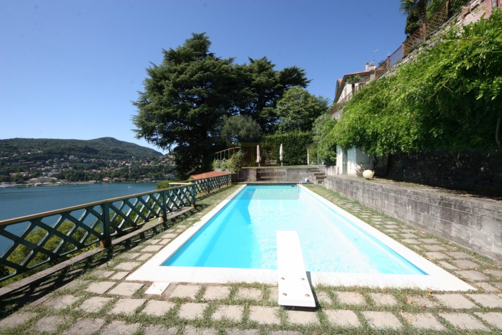 villa with swimming pool in Como