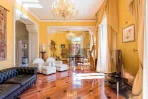 salone in marmo in villa di prestigio sul lago di Como a Cernobbio per la vendita