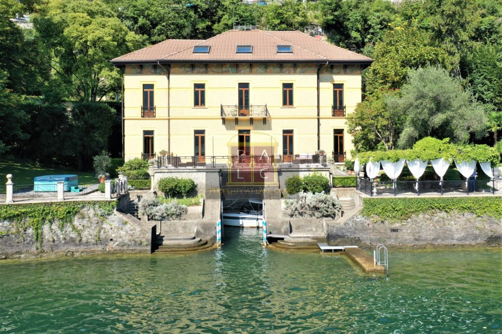 Villa direttamente a lago sul lago di Como con darsena e piscina