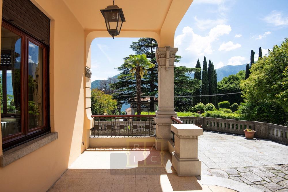 villa liberty ingresso con vista lago